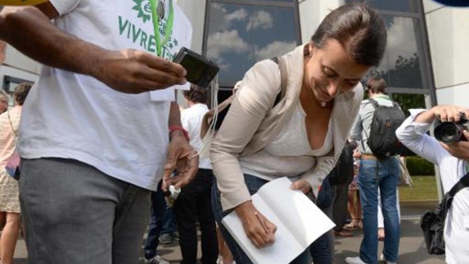 l'ancienne ministre Europe Ecologie-Les Verts Cécile Duflot dédicace une copie de son livre, à Pessac, près de Bordeaux, le 21 août 2014