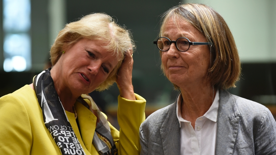 La ministre de la Culture Françoise Nyssen (d), accompagnée de son homologue allemande Monika Gruetters, lors d'une réunion ministérielle de l'UE à Bruxelles, le 23 mai 2017