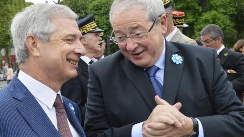 Le président de l'Assemblée nationale Claude Bartolone (g) au côté du président PS de la région Ile de France Jean-Paul Huchon, le 8 mai 2015 à Paris