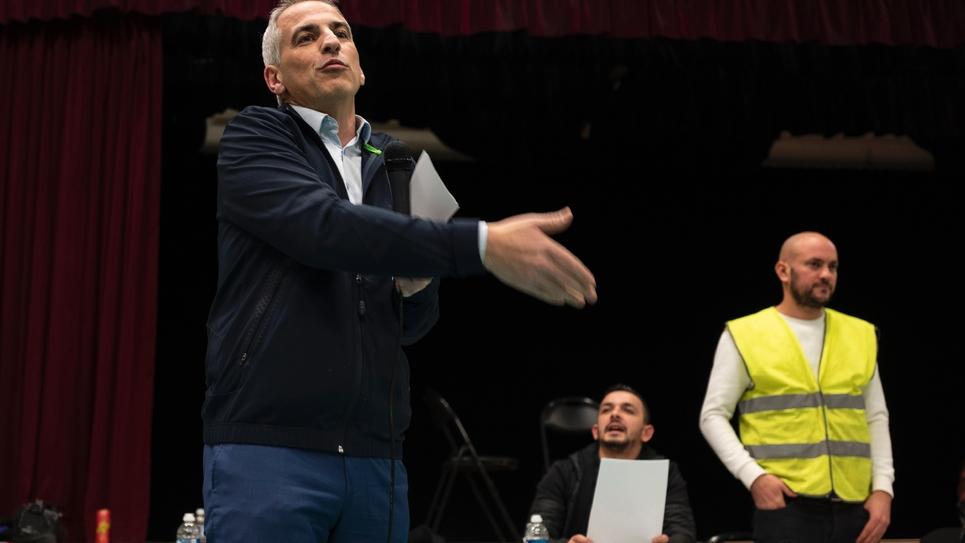 """Le député LREM du Rhône Jean-Luc Fugit lors d'une """"assemblée citoyenne"""" avec des """"gilets jaunes"""" à Ternay, le 22 janvier 2019"""