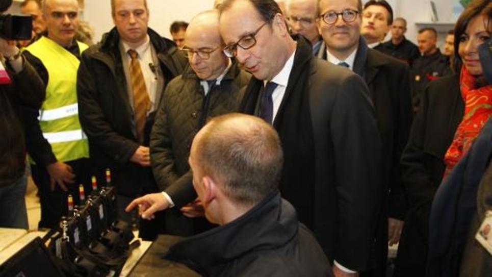 François Hollande visite le PC de secours installé sur les Champs-Elysées, haut lieu du réveillon, le 31 décembre 2014 à Paris