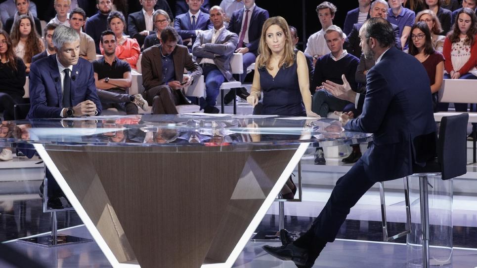 """Le Premier ministre Edouard Philippe (d) et le président de LR, Laurent Wauquiez lors d'un débat télévisé animé par la journaliste Léa Salamé, le 27 septembre 2018 sur le plateau de """"L'émission politique"""" dans les studios de France 2 à Saint-Cloud"""