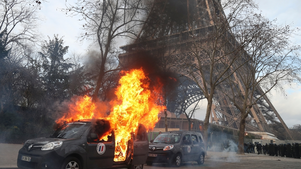 """Un véhicule de l'opération Sentinelle incendié, le 9 février 2019, en marge de la manifestation des """"gilets jaunes"""" à Paris"""