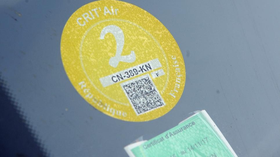 """Une vignette anti-pollution """"Crit'Air"""" sur le pare-brise d'une voiture le 13 décembre 2016 à Grenoble."""