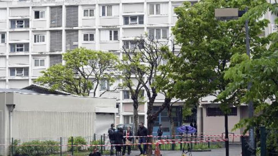 Les enquêteurs sont sur les lieux d'une fusillade qui a fait trois blessés, dont deux graves, le 30 avril 2015 à Saint-Ouen (Seine-Saint-Denis)