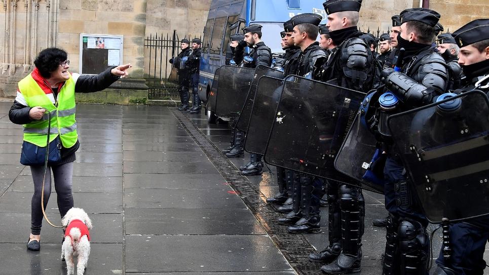 """Un """"gilet jaune"""" s'adresse aux policiers le 5 février 2019, à Paris jour de manifestation nationale"""