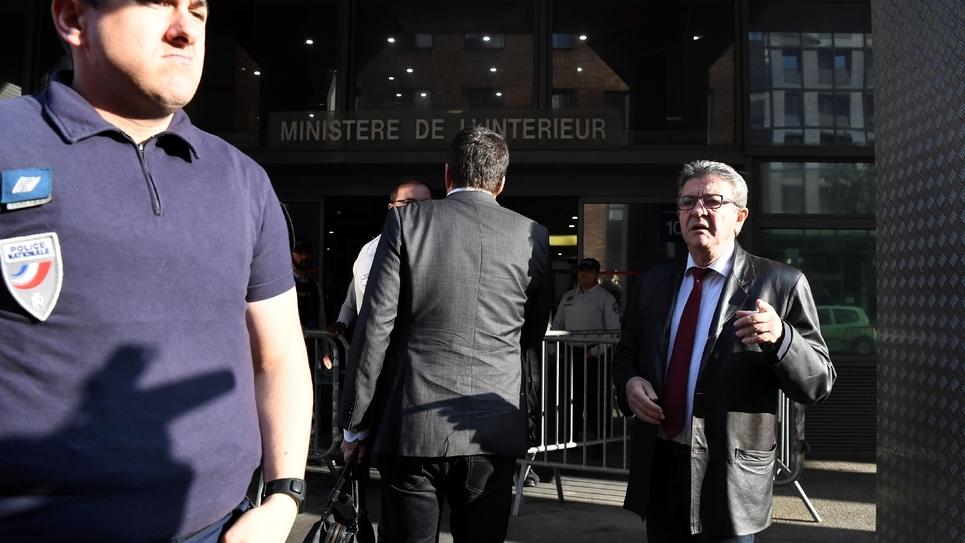 Jean-Luc Mélenchon (d), leader de la France Insoumise, arrive devant les locaux de la police anticorruption, le 18 octobre 2018 à Nanterre