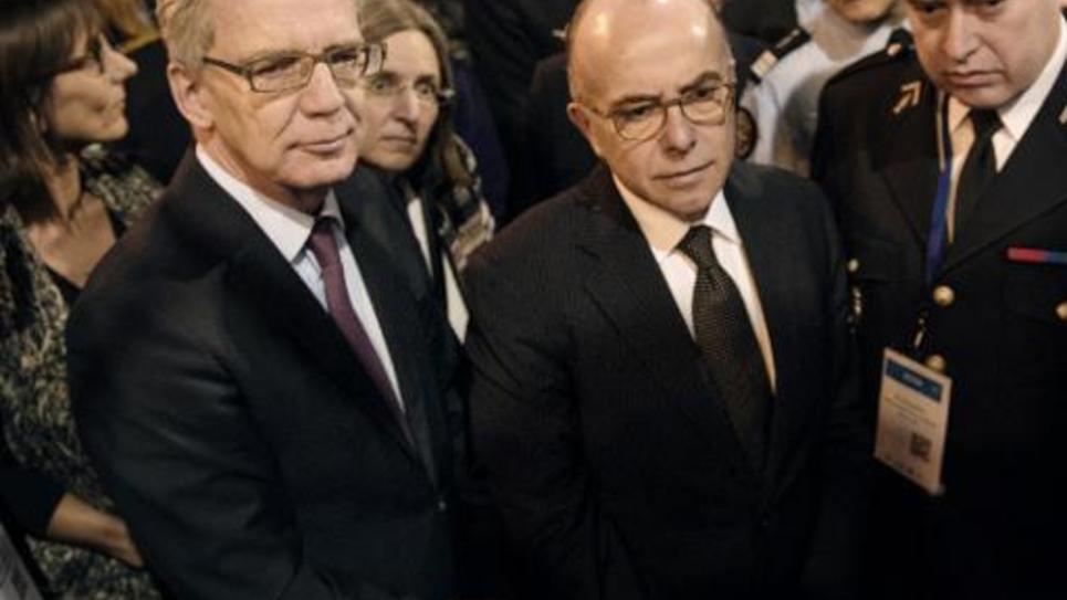 Les ministres de l'Intérieur allemand Thomas de Maiziere (G) et français Bernard Cazeneuve (C) assistent le 20 janvier 2015 à la 7e conférence sur la cybersécurité à Lille