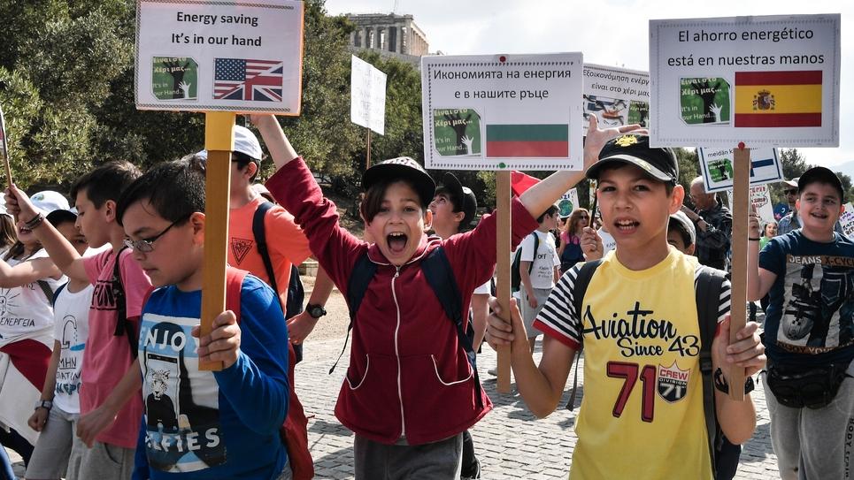 Des écoliers manifestent pour interpeller les gouvernements sur le réchauffement climatique, à Athènes le 17 mai 2019