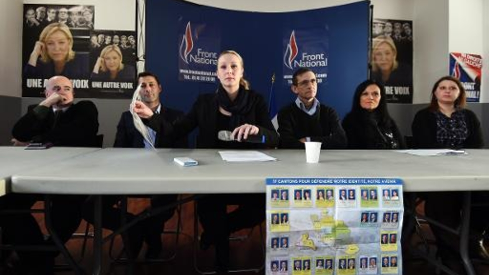 La députée FN Marion Maréchal-Le Pen (C), entourée du secrétaire général du FN dans le Vaucluse Thibault de La Tocnaye (G) et des candidats FN Remy Rayé, Georges Michel, Brigitte Vigne et Lorraine Micoud, donne une conférence de presse le 25 février 2015 à Carpentras
