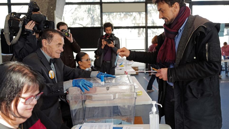 Le candidat EELV aux municipales à Lyon, Grégory Doucet, vote pour le premier tour le 15 mars 2020