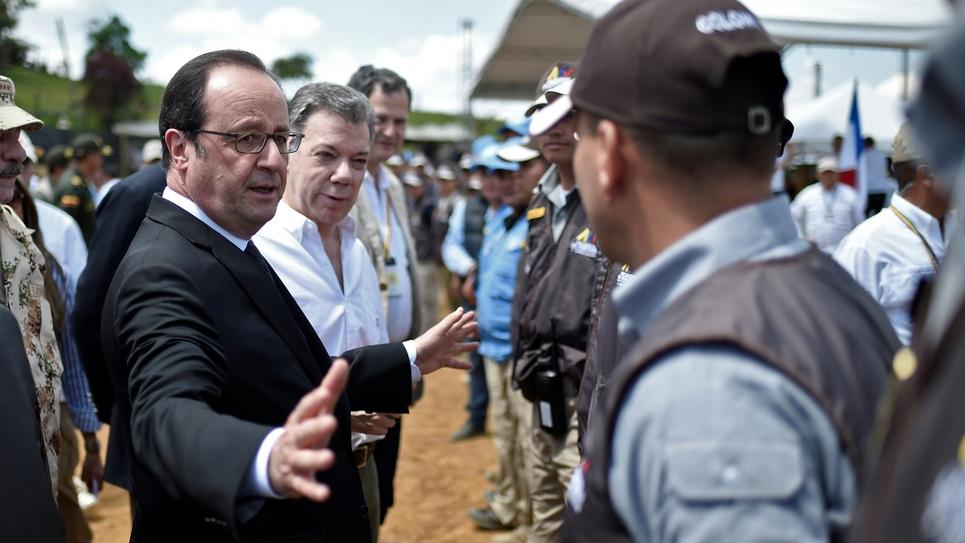 Le président François Hollande accompagné de son homologue colombien Juan Manuel Santos lors d'une visite dans un camp de désarmement des Farc, le 24 janvier 2017 à Caldono en Colombie
