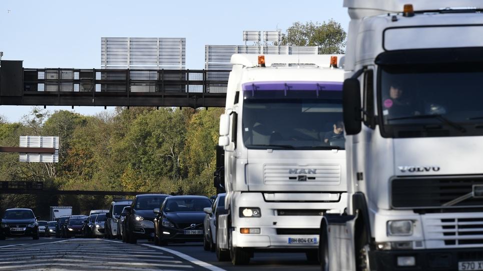 """L'idée d'une vignette frappant les transporteurs routiers évoquée par la ministre des Transports """"n'est pas une mauvaise piste"""" et il revient à Elisabeth Borne """"d'en donner les modalités"""", a déclaré mardi le porte-parole du gouvernement Benjamin Griveaux"""