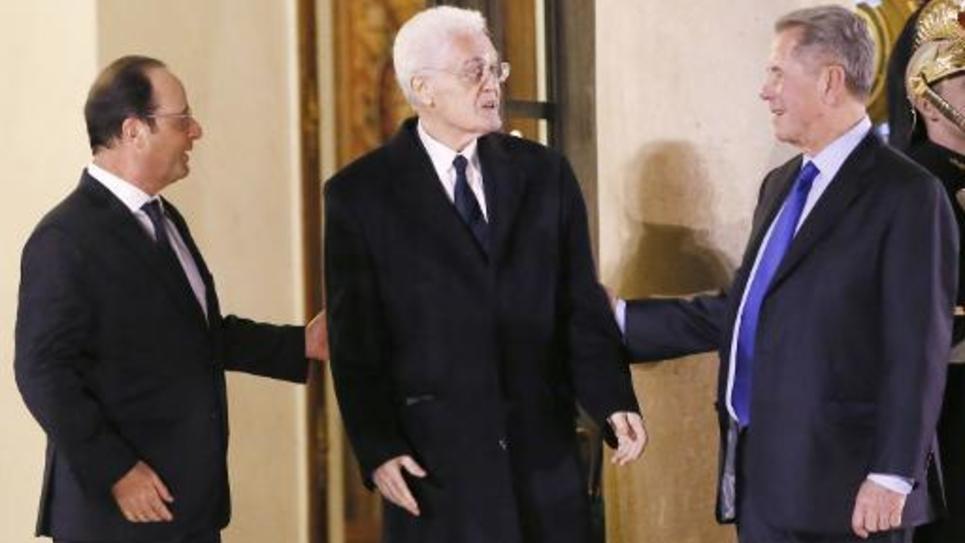 Lionel Jospin (c) entre François Holande (g) et le président du Conseil constitutionnel Jean-Louis Debré, à la sortie de l'Elysée, le 6 janvier 2015, où il a prêté serment