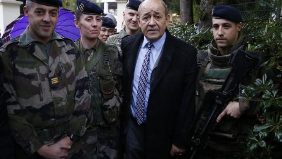 Le ministre de la Défense, Jean-Yves Le Drian, rend visite à des militaire à Nice, le 13 février 2015