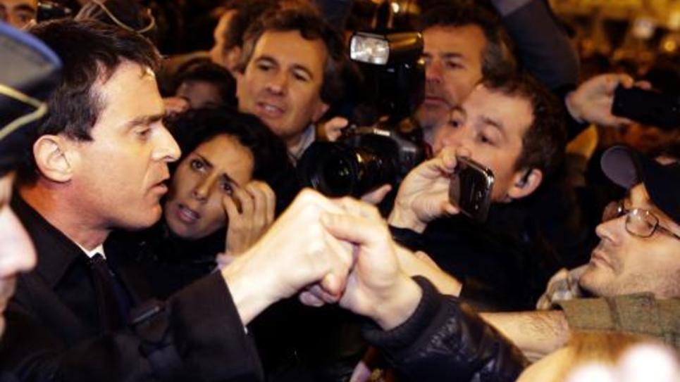 Le Premier ministre Manuel Valls serre la main de personnes participant à un rassemblement le 10 janvier 2015 Porte de Vincennes, près de la supérette casher attaquée la veille