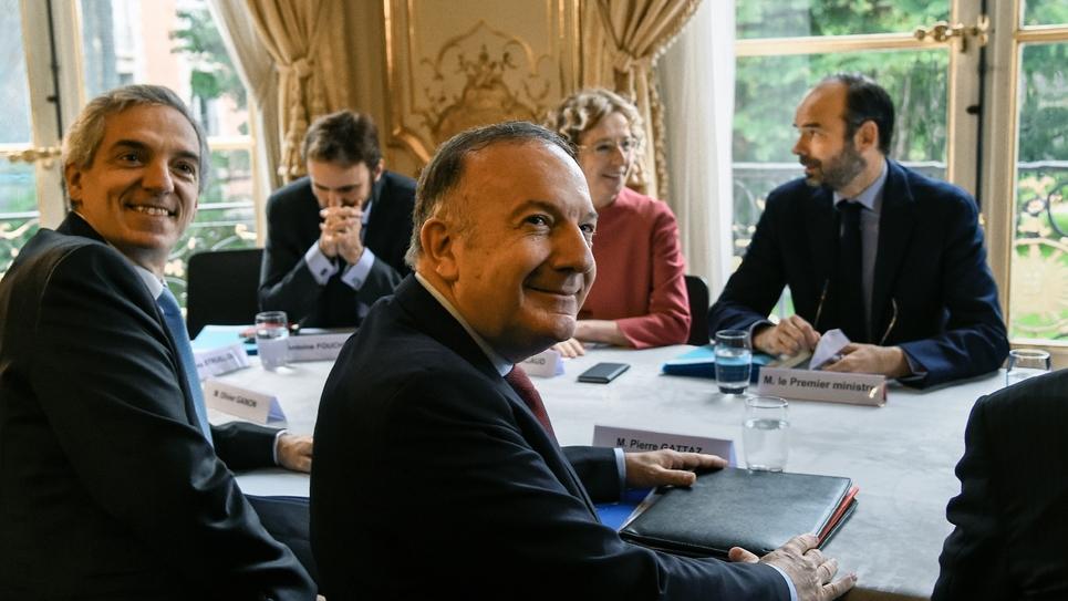 Le vice-président du Medef Alexandre Saubot(à gauche) et le président de l'organisation patronale Pierre Gattaz (à droite), lors d'une réunion à Matignon, le 25 juillet 2017