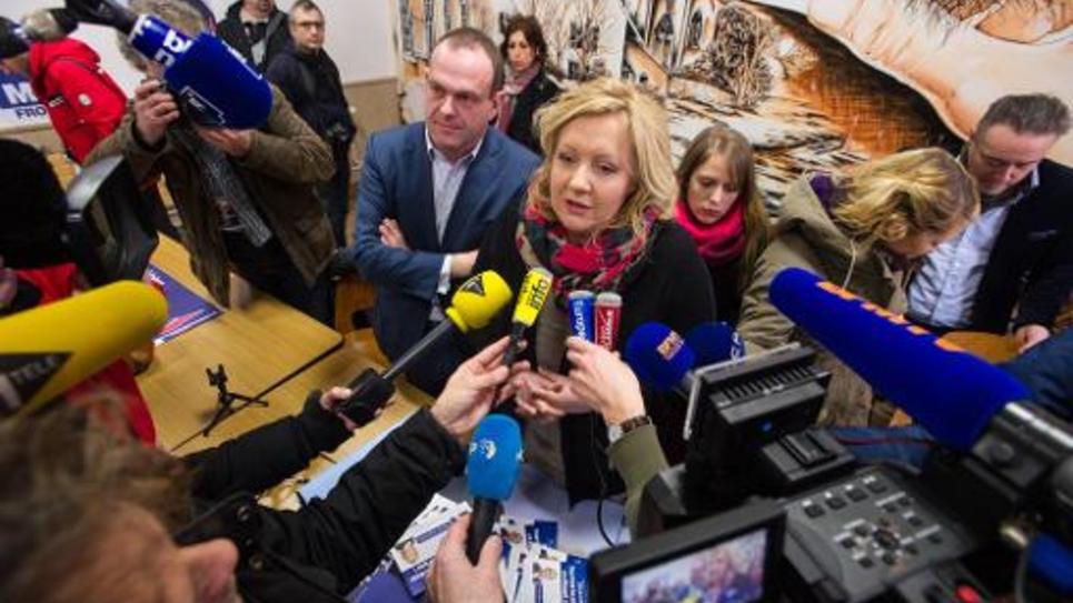 La candidate Sophie Montel (c) et le vice-président du Front National (FN) Steeve Briois (g) donnent une conférence de presse le 5 février 2015 à Allenjoie