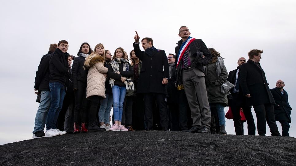 Emmanuel Macron au sommet d'un terril à Loos-en-Gohelle, près de Lens le 9 novembre 2018
