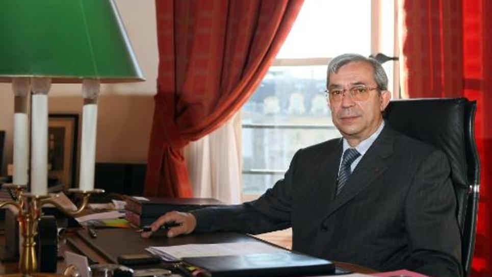 Gilbert Azibert pose dans son bureau, le 24 juillet 2008 au ministère de la Justice à Paris