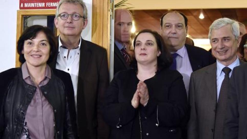 Pierre Laurent (2e à g.), secrétaire national du PCF, et son homologue d'EELV, Emmanuelle Cosse (au c.), participent à un meeting commun avec le président de l'Assemblée nationale, le socialiste Claude Bartolone (à d.) et la ministre de la Francophonie, Annick Girardin (à g.), le 26 mars 2015 à Bondy (Seine-Saint-Denis)