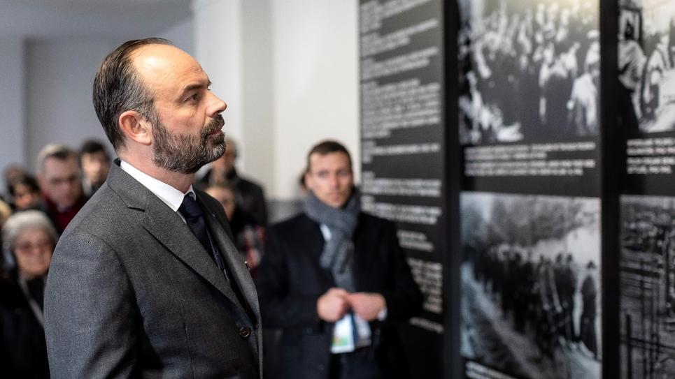 Le Premier ministre français Edouard Philippe visite le memorial de l'ancien camp de concentration nazi d'Auschwitz (Pologne), pour le 75e anniversaire de sa libération, le 27 janvier 2020