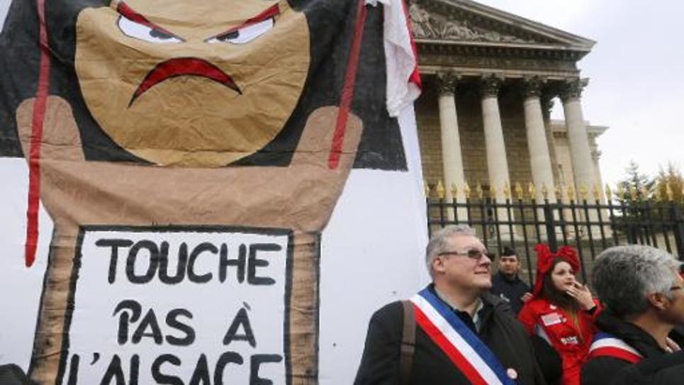 Manifestation contre la fusion de l'Alsace avec la Lorraine et la Champagne-Ardenne dans la cadre de la réforme des régions, le 25 novembre 2014 devant l'Assemblée nationale, à Paris
