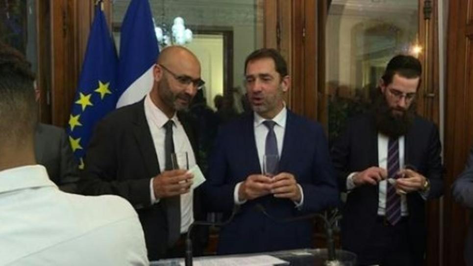 Capture d'image d'une vidéo de l'AFPTV du ministre de l'Intérieur Christophe Castaner rompant le jeune à côté d'Abdelhaq Nabaoui (g), président du conseil régional du culte musulman, le 29 mai 2019 à Strasbourg