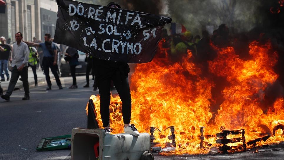 """Un manifestant lors du 23e samedi de mobilisation des """"gilets jaunes"""", le 20 avril 2019 à Paris"""