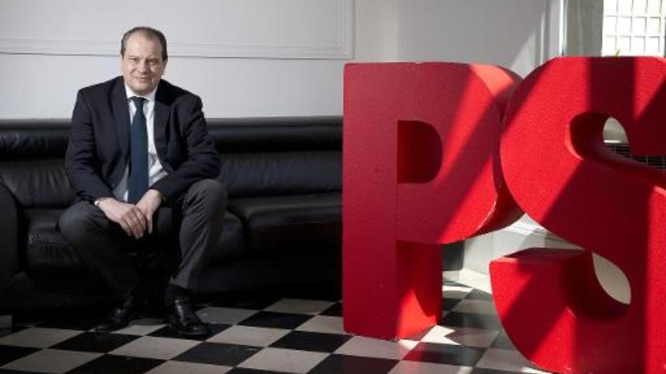 Le premier secrétaire Jean-Christophe Cambadélis devant le logo du PS le 16 mai 2014 au siège du parti à Paris