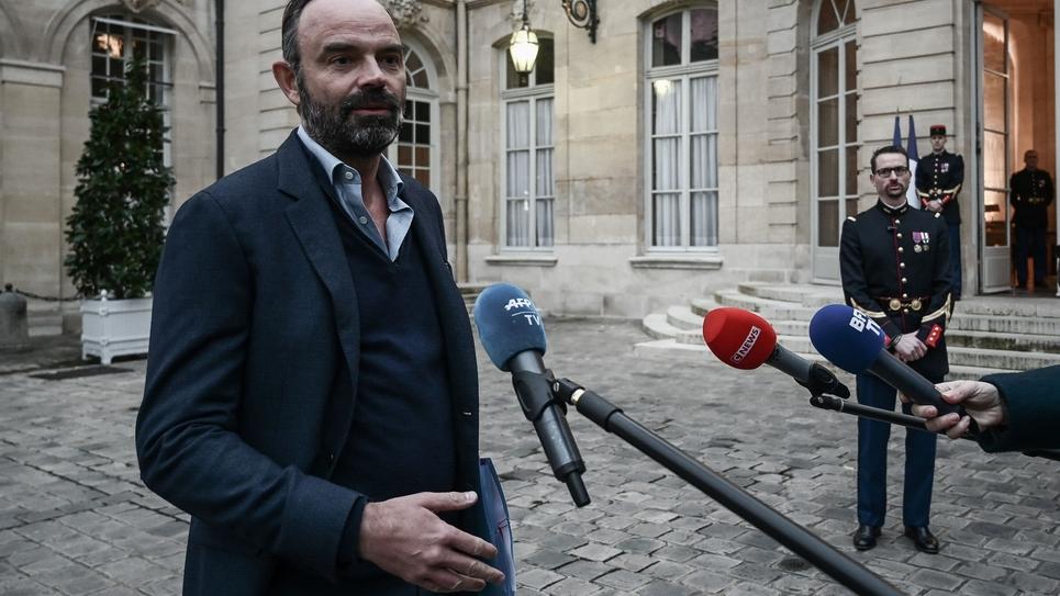 Le Premier ministre Edouard Philippe fait une déclaration aux médias avant une réunion sur la réforme des retraites à l'hôtel Matignon, le 1er décembre 2019 à Paris