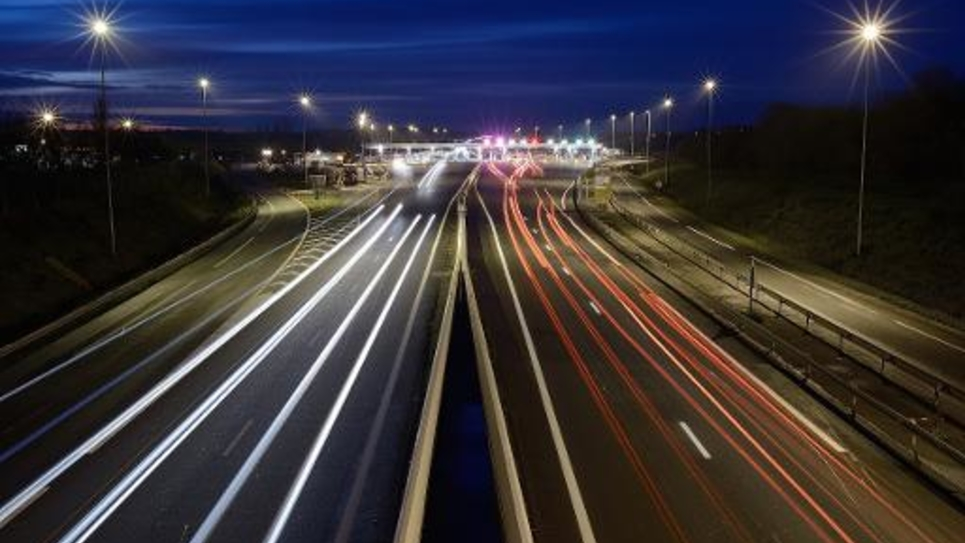 Les lumières de voitures sur une autoroute près d'Ancenis, le 16 décembre 2014