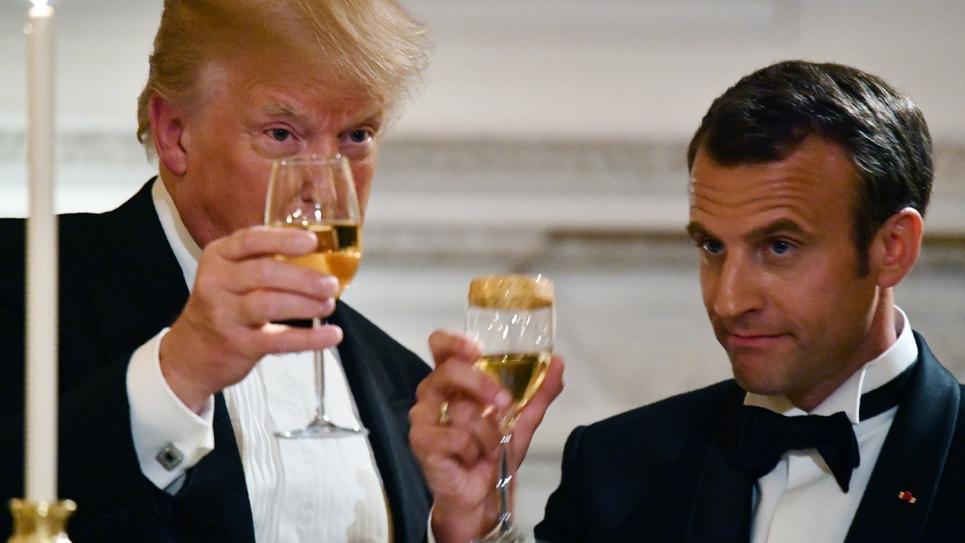 Le président américain Donald Trump trinque avec son homologue français Emmanuel Macron à la Maison Blanche, le 24 avril 2018