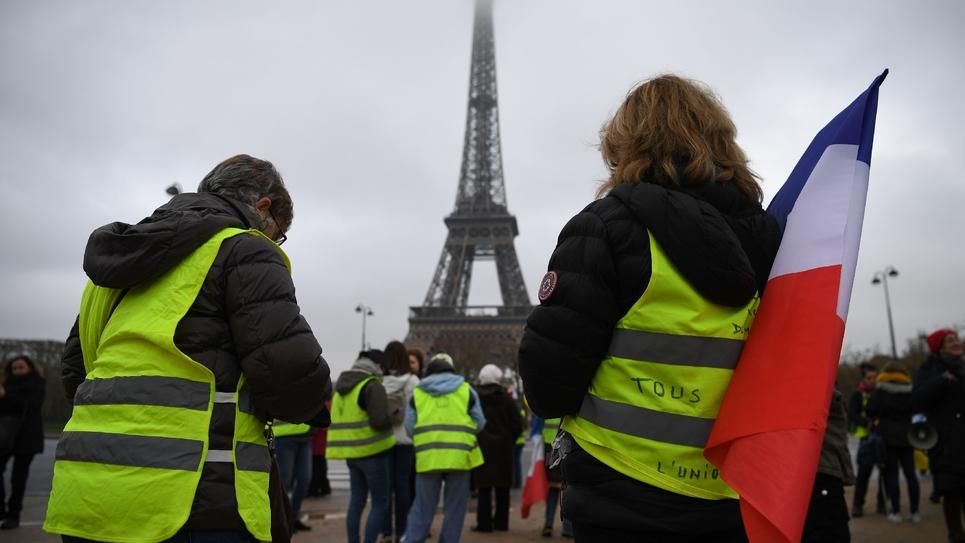 """Des """"gilets jaunes"""" manifestent au pied de la Tour Eiffel à Paris, le 20 janvier 2019"""