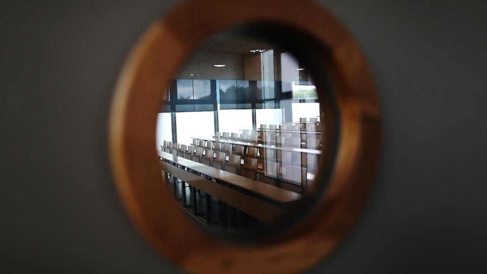 Une salle de classe vue depuis un hublot à l'université de Mont-Saint-Aignan, près de Rouen, le 11 octobre 2017