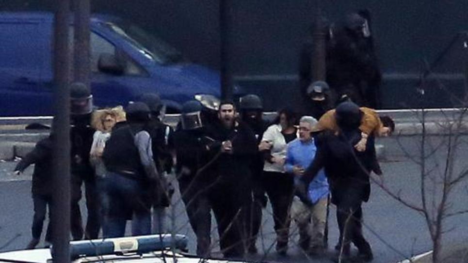 Des otages sortent en courant du supermarché casher le 9 janvier 2015 porte de Vincennes à l'est de Paris