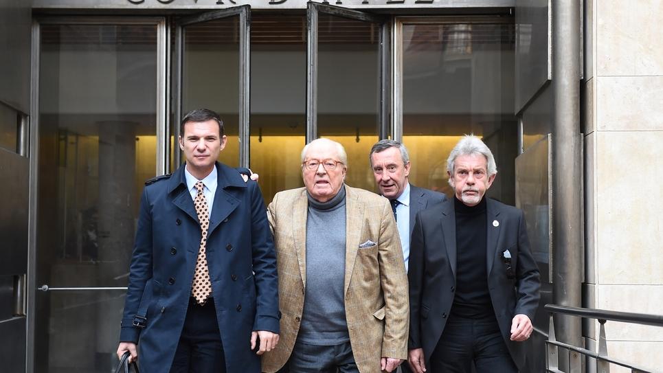 Le président d'honneur du FN, Jean-Marie Le Pen (2eG), quitte la cour d'appel d'Aix-en Provence le 23 janvier 2017