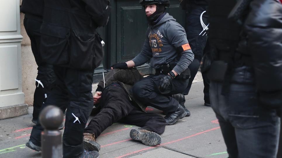 """Une personne est arrêtée par des policiers le 9 février 2019 lors de la manifestation des """"gilets jaunes"""" à Paris"""