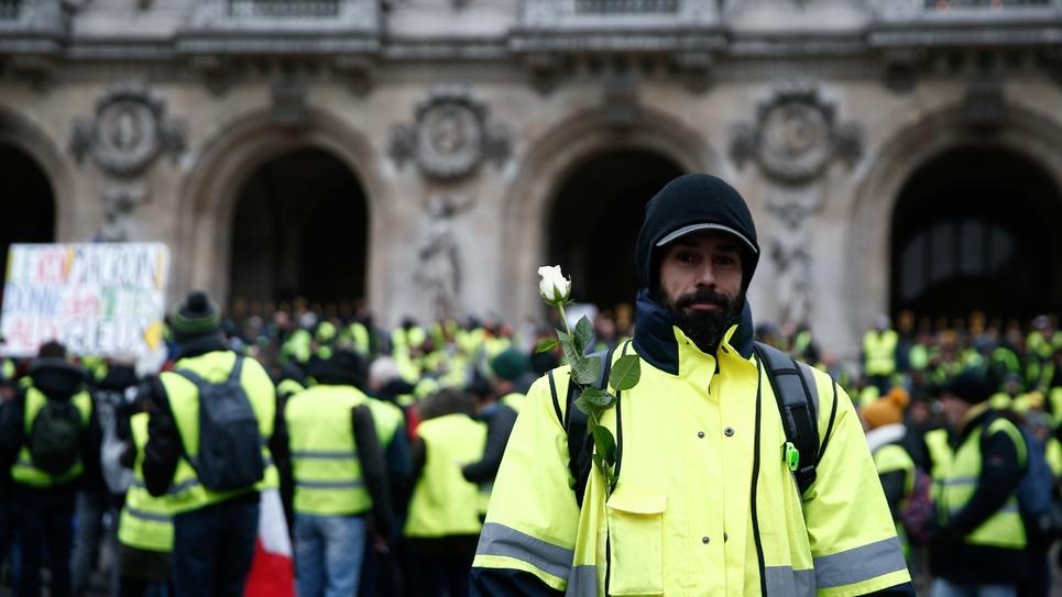 """Un manifestant """"gilet jaune"""" devant l'Opéra de Paris le 15 décembre 2018"""