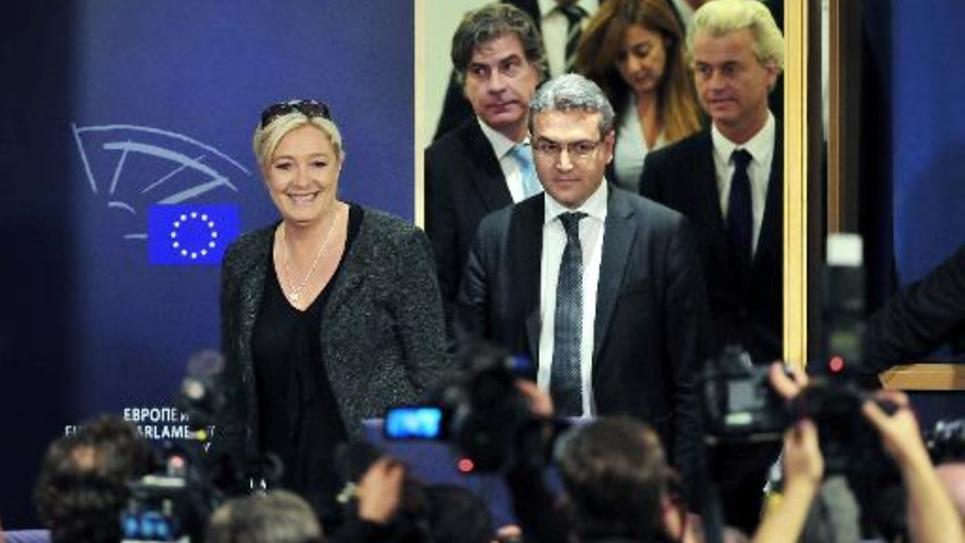 La présidente du FN Marine Le Pen et l'eurodéputé Aymeric Chauprade , le 28 mai 2014 au Parlement européen à Bruxelles