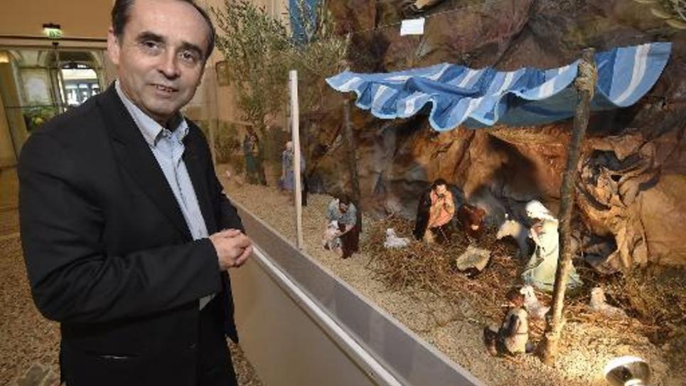 Le maire de Béziers, soutenu par le FN, Robert Ménard devant une crèche installée dans le hall de sa mairie, le 5 décembre 2014