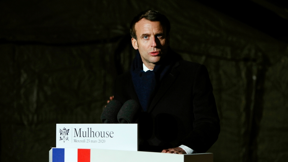Emmanuel Macron après sa visite de l'hôpital militaire de campagne à l'extérieur de l'hôpital Emile Muller à Mulhouse, le 25 mars 2020