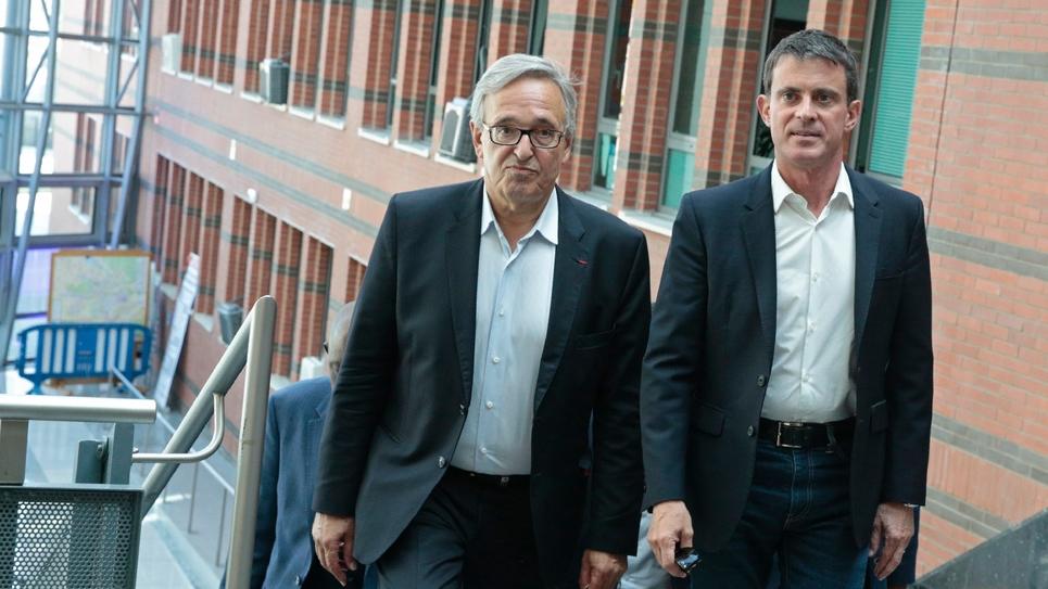 Francis Chouat, le maire d'Evry élu député de l'Essonne (gauche) et l'ancien premier ministre socialiste Manuel Valls (droite) à Evry, le 11 juin 2017