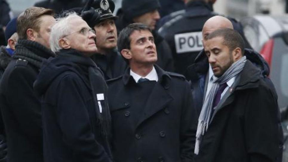 Le préfet de police Bernard Boucault et le Premier ministre Manuel Valls devant Charlie Hebdo le 7 janvier 2015 à Paris