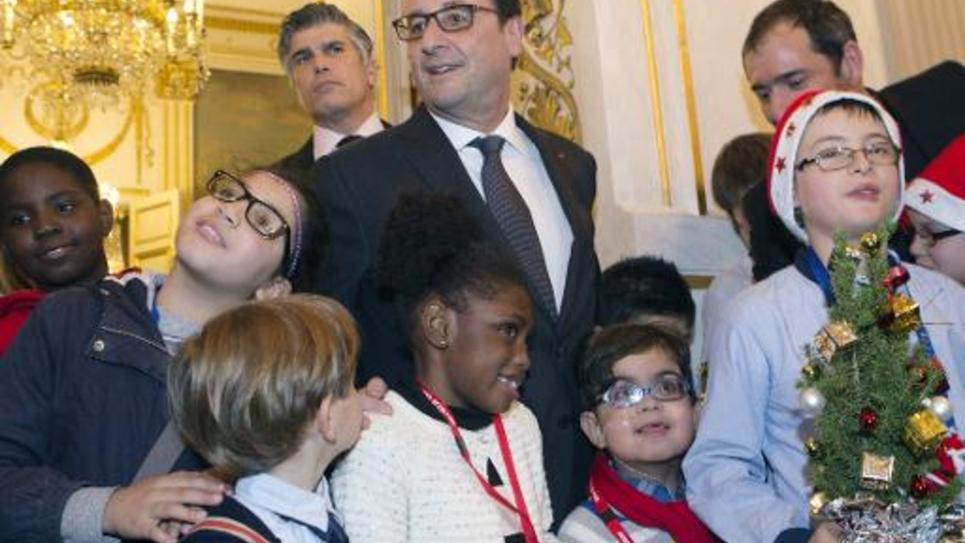Le président François Hollande pose avec des enfants lors de la fête de Noël avec des enfants à l'Elysée le 17 décembre 2014