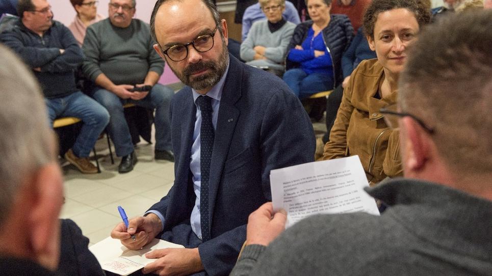 Le Premier ministre Edouard Philippe et la secrétaire d'État à la Transition écologique, Emmanuelle Wargon (d), lors d'une réunion dans le cadre du grand débat national, le 31 janvier 2019 à Lenax, en Auvergne