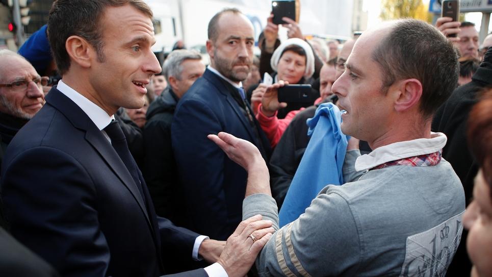 Un homme interpelle Emmanuel Macron devant la préfecture de Charleville-Mézières, le 7 novembre 2018