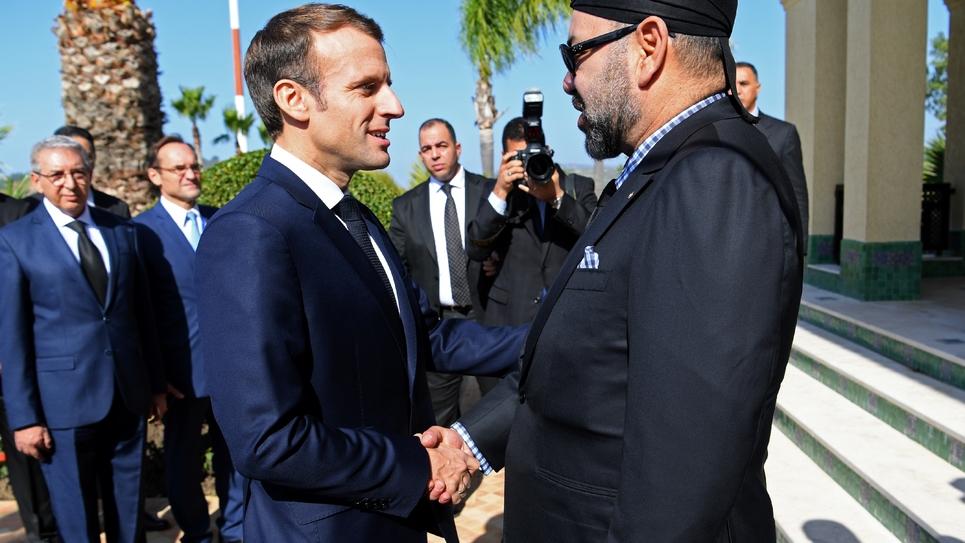 Le roi du Maroc Mohammed VI accueille le président français Emmanuel Macron à son arrivée à Tanger, dans le nord du royaume, le 15 novembre 2018