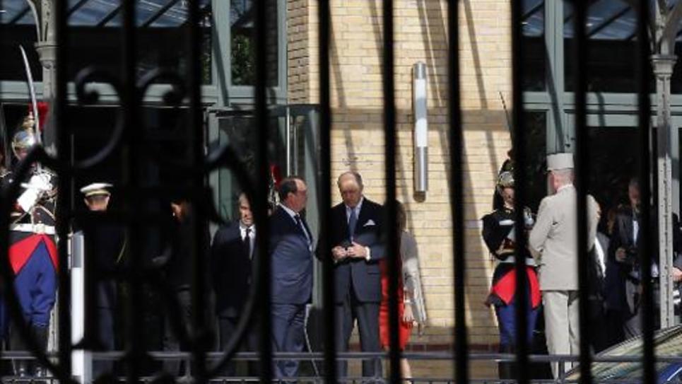 Le président François Hollande et le ministre des Affaires étrangères Laurent Fabius s'apprêtent à recevoir le 20 septembre 2014 à Paris les familles des victimes du crash d'Air Algérie