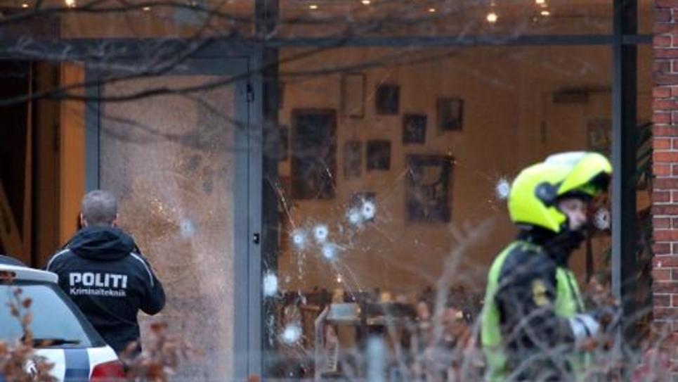 Des enquêteurs se sont rendus sur les lieux du centre culturel à Copenhague, où une fusillade a fait au moins un mort le 14 février 2015